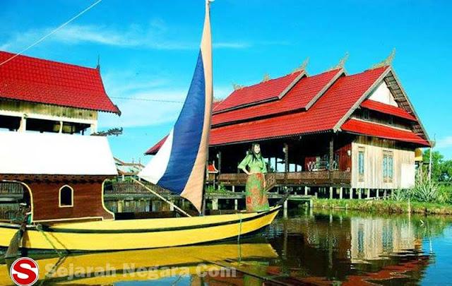 Gambar Rumah adat pinggir Sungai Kalimantan Utara