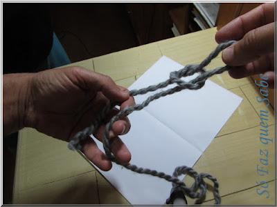 Foto mostrando a alça do nó corrediço sendo formada ao ser puxado o fio pelo interior da volta.