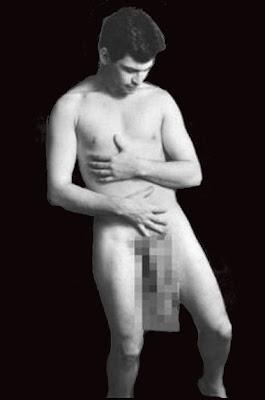 Jonah Falcon nu apresentando seu pênis para conferir  as medidas frente as câmeras de TV