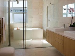 bagno con specchio di fronte alla finestra immagine