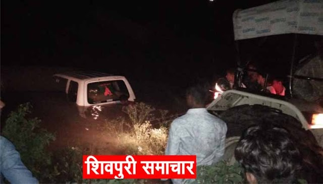 पीर बाबा के मेले से लौट रही श्रद्धालुओं से भरी टवेरा गाडी पानी के गडढे में जा सरकी | kolaras News