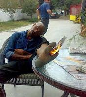 Böse Menschen - Mann schläft im Garten ein - Funny pics - Feuer am Fuß