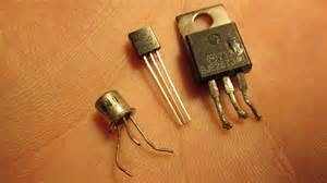 Transistor elektronik biasanya memperkuat sinyal audio dalam sistem audio mobil. Menggunakan komponen elektronik seperti kapasitor dan resistor, amplifier