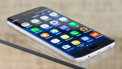 Spek Samsung Galaxy S7 Edge  Samsung Galaxy S7 dan Galaxy S7 edge yang baru diluncurkan di Indonesia memiliki desain lebih ramping dan ergonomis dengan perpaduan kaca dan logam yang presisi menyempurnakan desain unibody pada ponsel di kelas premium.   Samsung Galaxy S7 dan Galaxy S7 edge menggabungkan banyak kebutuhan pengguna sehari-hari seperti komunikasi, kamera foto dan video, game, aplikasi pekerjaan, serta musik. Ponsel ini juga cukup tahan debu dan air bagi pengguna dengan mobilitas yang tinggi.    Selain penampilan yang lebih bergaya, fitur kamera dan daya tahan bermain game serta pengoperasian aplikasi dalam waktu lama merupakan keunggulan lain dari ponsel ini. Berikut fitur andalan Samsung Galaxy S7 dan Galaxy S7 edge.  Kamera  Samsung Galaxy S7 dan Galaxy S7 edge menjadi ponsel pertama yang menggunakan teknologi kamera 12 MP dual pixel layaknya kamera profesional yang dapat meningkatkan autofocus sangat cepat, kendati benda tersebut bergerak dengan akurasi gambar layaknya melihat dengan mata sendiri.  Teknologi sensor kamera Samsung Galaxy S7 dan Galaxy S7 edge punya resolusi 1.4 Umpixel dengan tingkat pembukaan lensa lebih besar yakni F1.7 sehingga mampu meningkatkan pencahayaan yang lebih besar.Motion Panorama adalah salah satu fitur unggulan kamera pada Samsung