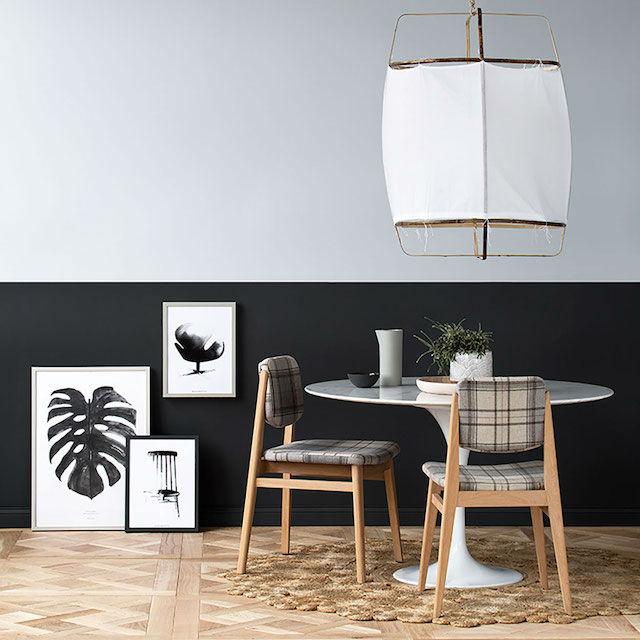 10 trucos para decorar tu hogar en invierno por menos de 100€. Salón con media pared pintada de un color y otra media de otro. Gris y negro.