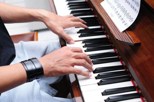 Dáng tay đánh đàn piano đúng giúp học piano tốt hơn