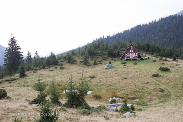 A Buta-tisztás táborozóhely a Retyezát hegységben