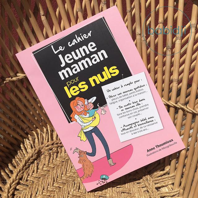 couverture du cahier jeune maman pour les nuls écrit par Anne Thoumieux sur un fauteuil en osier