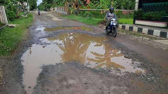 jalan penghubung palasah majalengka rusak parah
