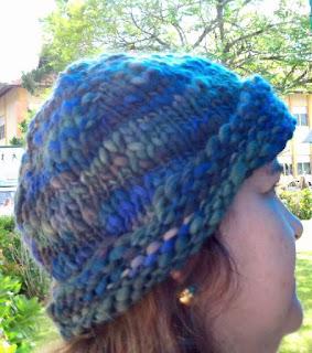 gorro de lã azul em cabeça de mulher