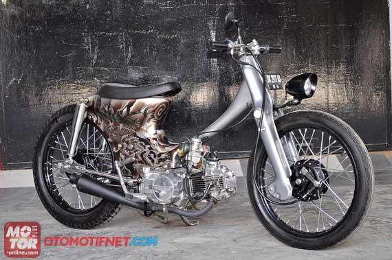 Foto Modifikasi Honda Legenda berkonsep Choopy Cub Bali Kulture dengan karakteristik tatto art juga ditonjolkan setang dibikin terondol sepatbor belakang bawaan motor dilepas dan dibiarkan terondol. Lalu urusan jok, dibikin jadi model single seater bodi kiri dan kanan, diairbrush