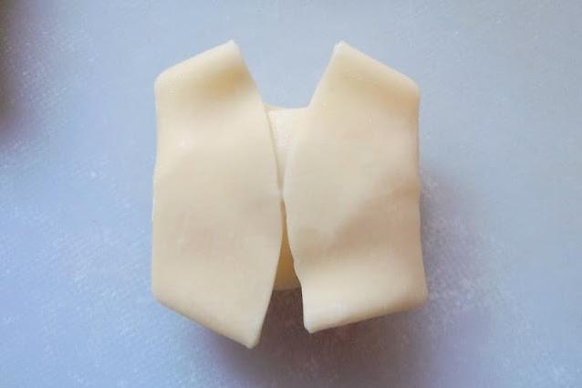 上下の皮を真ん中を覆うように被せます。 更に左右の皮真ん中に折り畳んで指で軽く押してしっかりくっつけます。これを16個作ります。