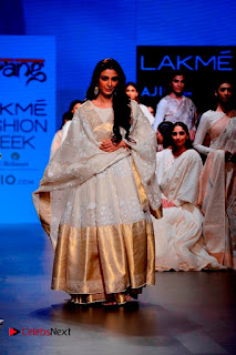 Actress Tabu Walk on Ramp for Gaurang Shah at Lakme Fashion Week  0019.jpg