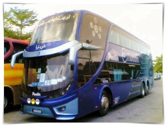gambar bas Ekspres Mutiara berwarna biru dua tingkat di Terminal Bas Muadzam Shah di Pahang di Malaysia