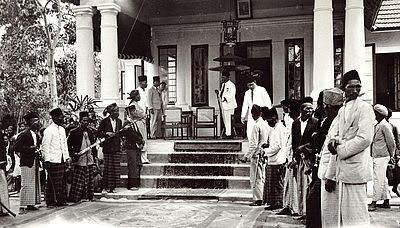 Rumah Raja Siantar ini merupakan Kediaman Raja Siantar – Tuan Sawadim Damanik. Photo diambil saat Tuan Sawadim menerima anugrah Gouden Ster. 1935-04-06