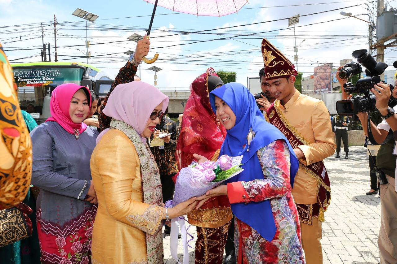 Hj Mufidah Jusuf Kalla Puji Kain Sasirangan Berita Banjarmasin Kalsel Kiri Ketua Dekranasda Nasional Saat Menerima Bunga Dari Kanan Siti Wasilah Humpro Bjm