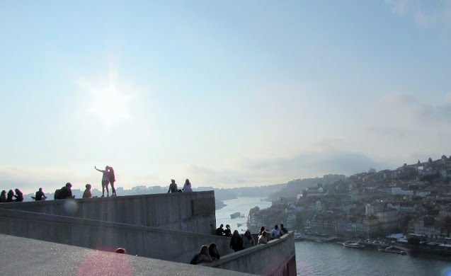 pessoas apreciando o pôr do sol na esplanda do Jardim do Morro
