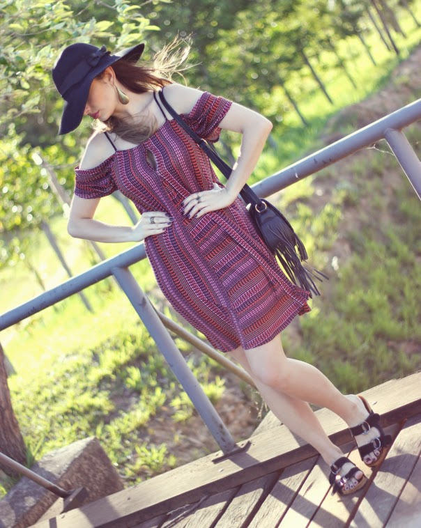 sandalias da moda-sandália birkenstock-sandalia dourada-blog-de-moda-com-estilo-moda-birken-female sandals-sandalias femeninas-vestido com estampa etnica