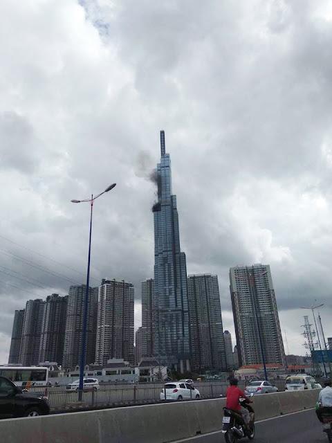 Khói bốc lên trên đỉnh tháp landmark 81