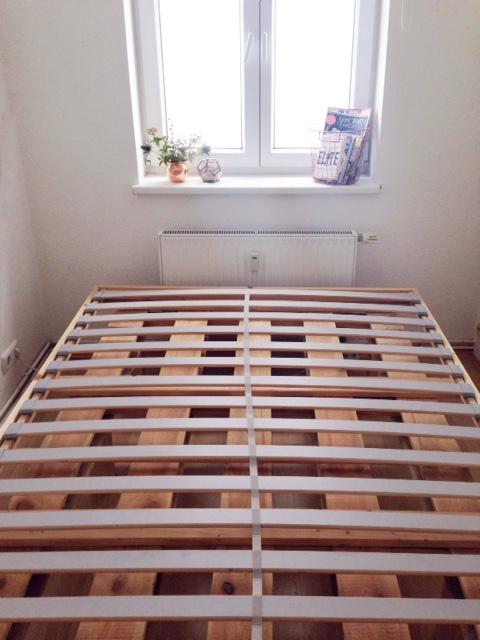 ein selbstgebautes bett f r kleine und schmale schlafzimmer diy palettenbett. Black Bedroom Furniture Sets. Home Design Ideas