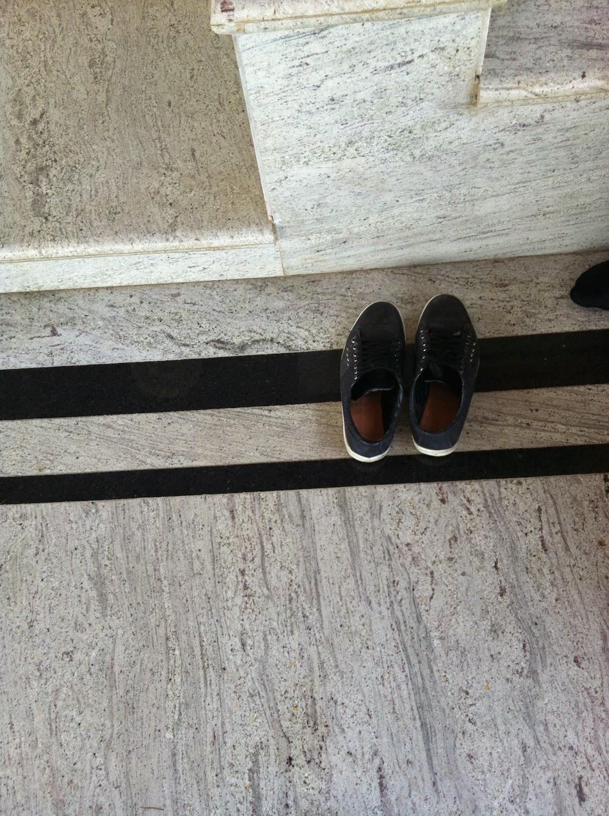 sapatos sempre fora de casa