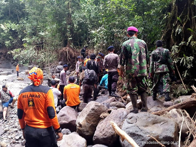 Relawan PKS Bantu Evakuasi Korban Banjir Bandang Air Terjun Dwi Warna Sibolangit
