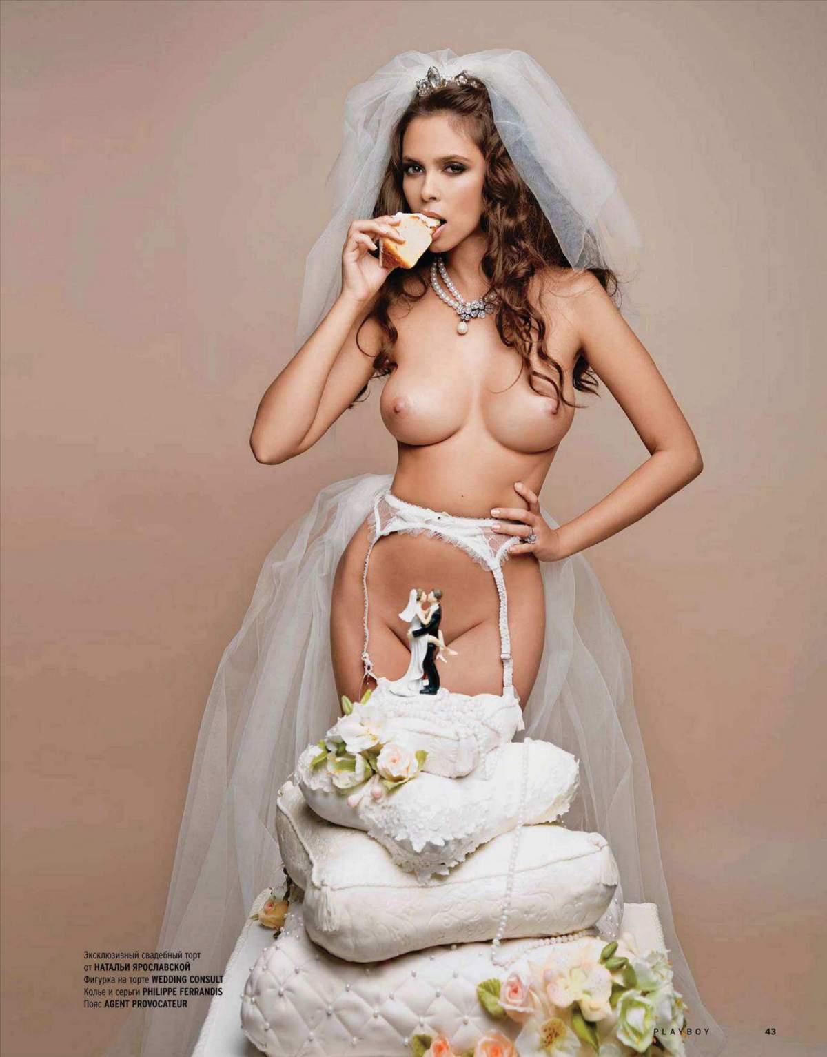 сзади голая девушка с тортом в руках здорового, полного