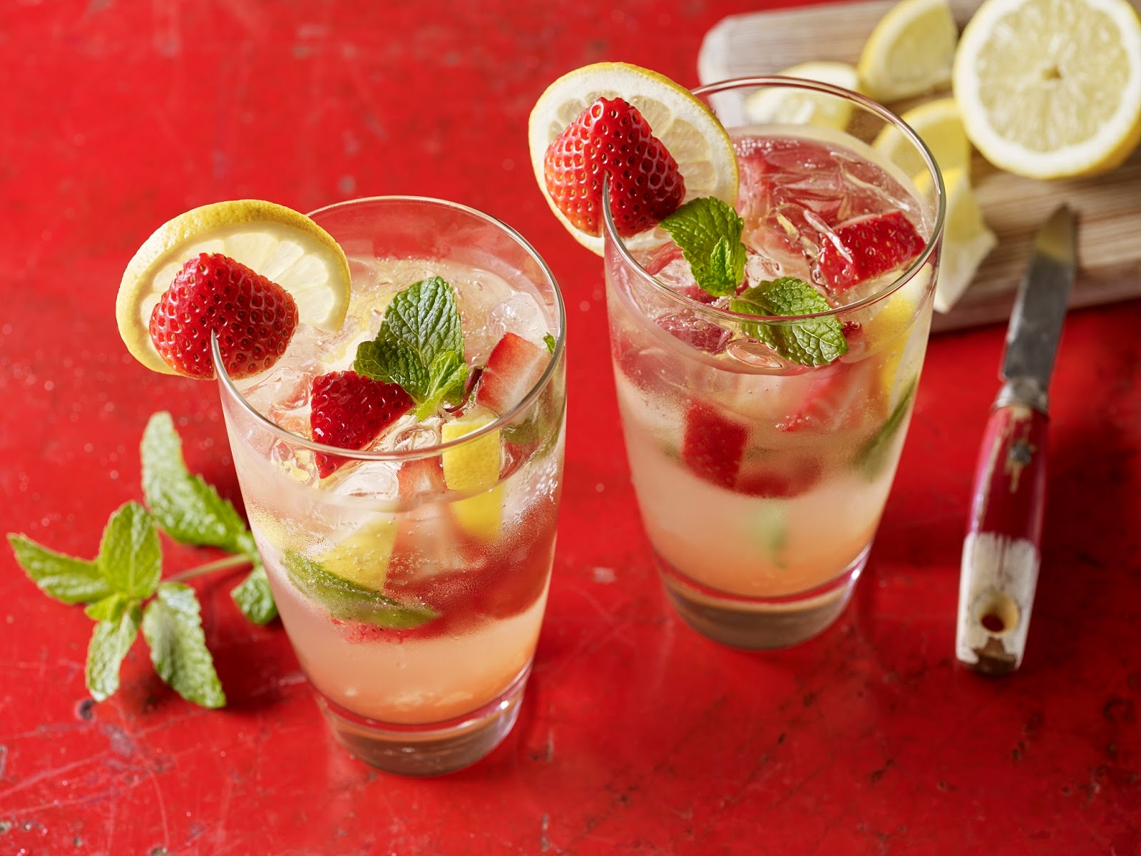 How To Create A Delicious Strawberry And Lemon Mojito