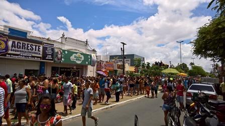 Alunos das escolas municipais e estaduais fazem a folia na sexta de pré-carnaval