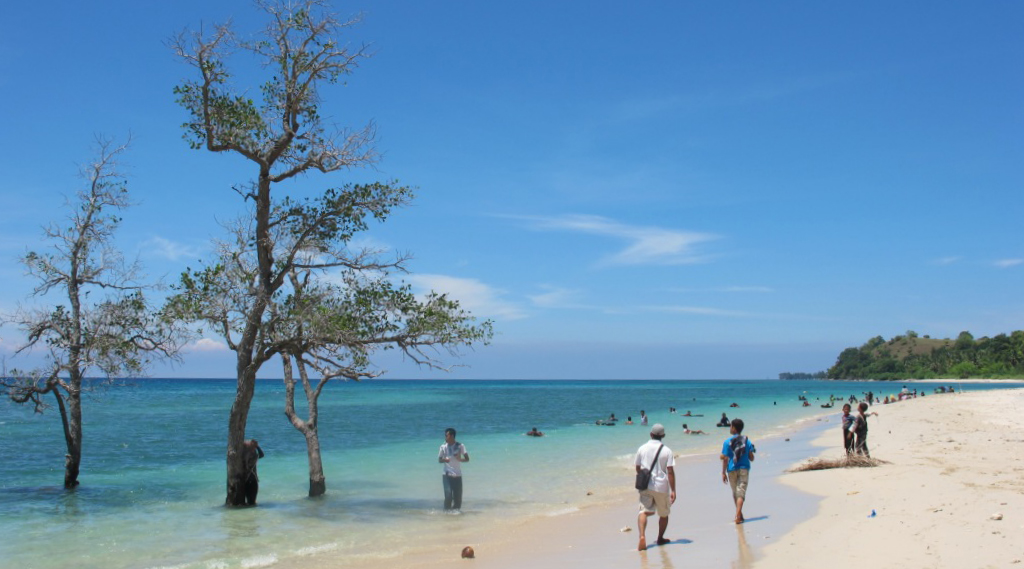 Pantai Pasir Putih pantai panjang indah dna menawan wisata Indonesia paling murah