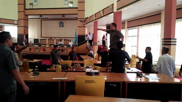 Seorang Anggota Dpr Naik Ke Atas Meja Ketika Sedang Rapat