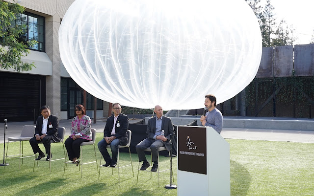 From left to right: Ririek Adriansyah, CEO of Telkomsel; Dian Siswarini, CEO of XL Axiata; Alexander Rusli, CEO of Indosat; Mike Cassidy, VP of Project Loon; Sergey Brin, President, Alphabet Inc