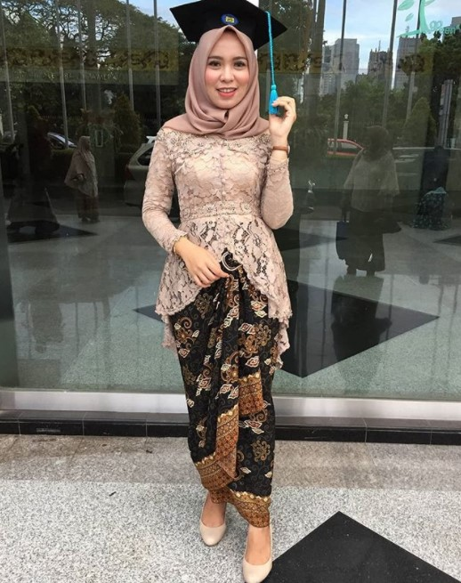 33 Model Kebaya Wisuda Berjilbab Yang Modern Tapi Tetap Islami