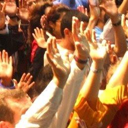 Cristianos orando con las manos levantadas al cielo