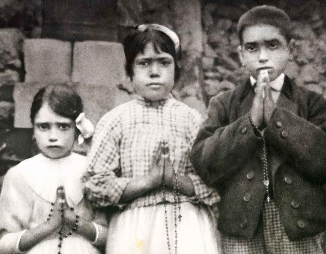 Os videntes de Fátima atrás da casa Marto, Aljustrel, 13 de setembro de 1917