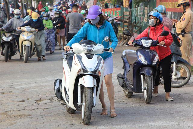 Lạ lùng cảnh hàng trăm người dắt xe máy ngược chiều đối phó CSGT ở Hà Nội 4