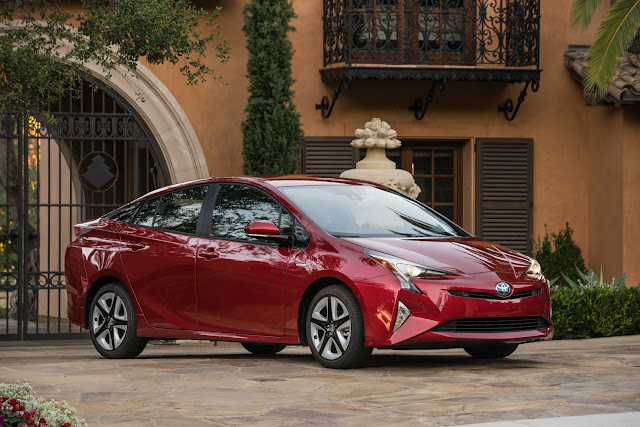 Front 3/4 view of 2017 Toyota Prius Four Touring