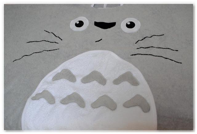 motif totoro cousu sur sortie de bain éponge