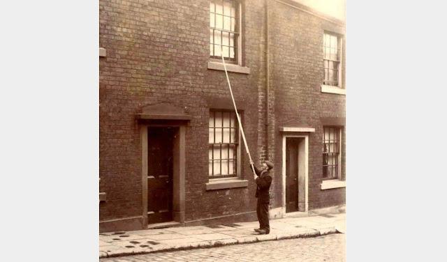 """""""Batedor-superior"""" acordando pessoas nas ruas de Londres, ca. 1900."""