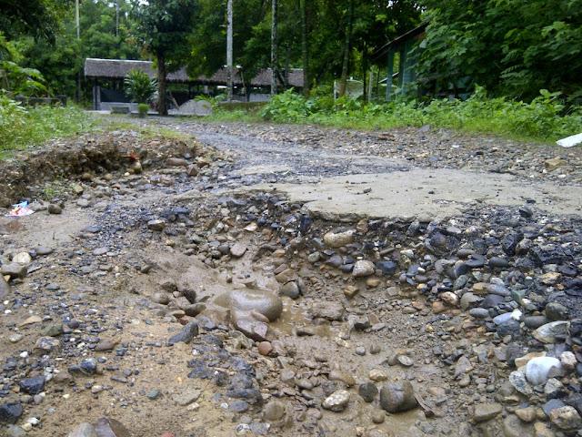 Sejak Konflik, Jalan Desa di Babahrot Masih Berlobang