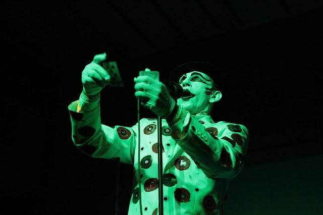 The Adicts  Una show que termina siendo la mejor fiesta de papelitos