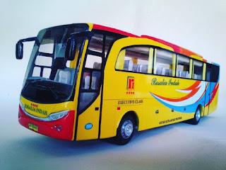 Ini adalah jajaran karya seorang pemuda desa asal gunung kidul, Yogyakarta. Berawal dari kegemarannya pada model transportasi bus, Pak Wahyu Resa Restanto, 24, mulai berkreasi membuat miniatur bus. Hebatnya lagi miniatur ini dibuat dengan memanfaatkan barang bekas.