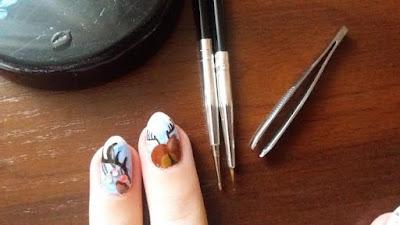 paznokcie-hybrydowe-krok-po-kroku-jak-zrobic-zdobienie-farba-akrylowa-inspiracje-pomysly-renifer-cyrkonie