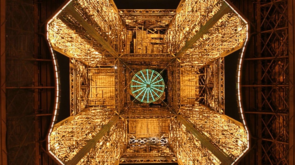 The 100 best photographs ever taken without photoshop - Eiffel Tower from the bottom