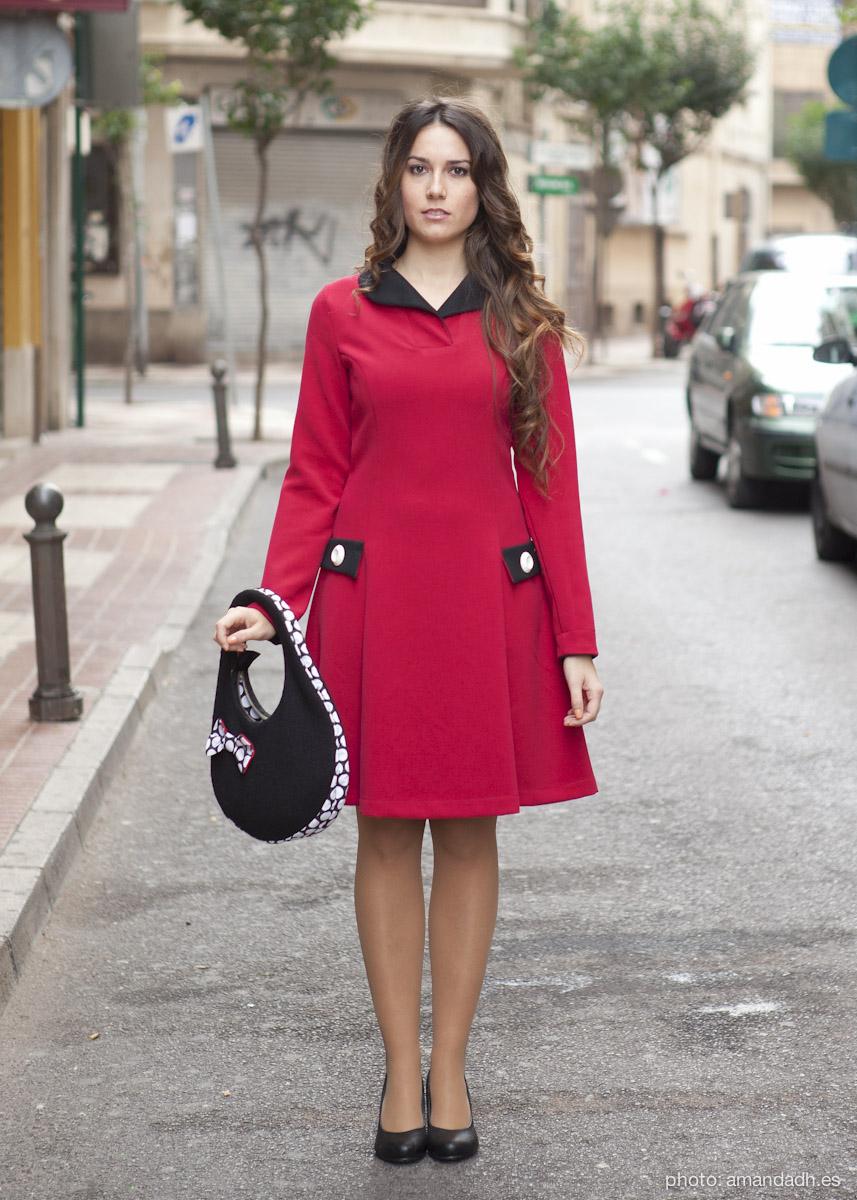 Senorita Martita FALL-WINTER street style by Amanda Dreamhunter - Vestido rojo viscosa tecnica y bolso boucle de lana negro con cremallera