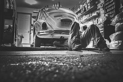 cara memperbaiki cat mobil hitam