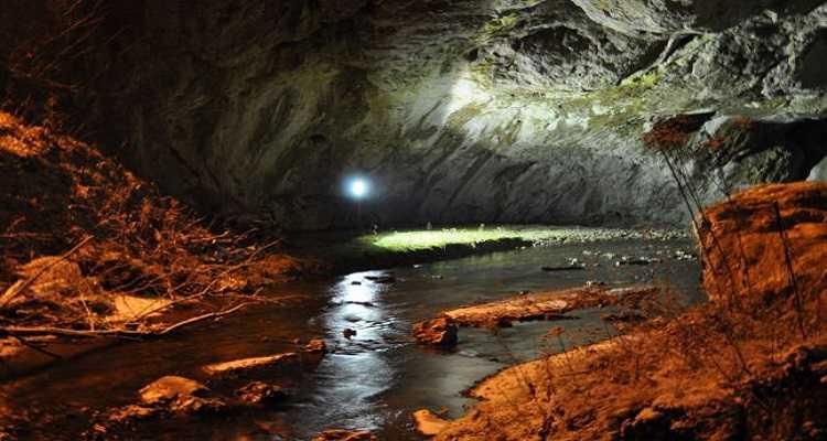 Peștera Bolii, pătrunde adânc în măruntaiele pământului.