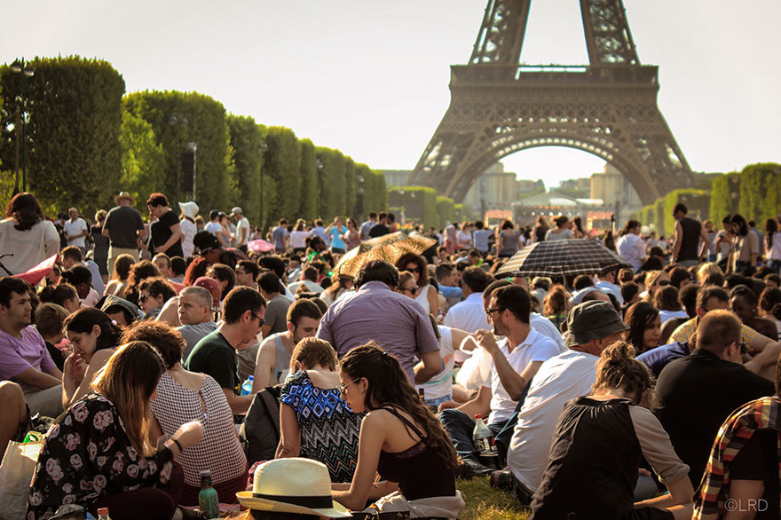 Travel Expectations Vs Reality (20+ Pics) - Having A Picnic Near The Eiffel Tower In Paris, France