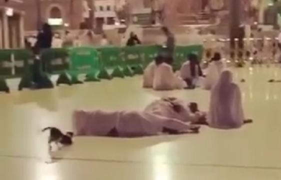 Walau Sudah Adzan Pria Ini Masih Tidur, Lihatlah Yang Dialaminya Di Masjidil Haram
