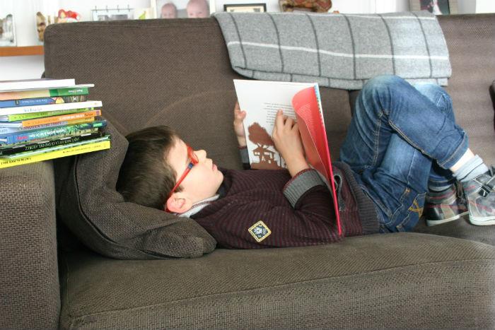 aprender a leer y escribir de forma natural, niño leyendo cuento